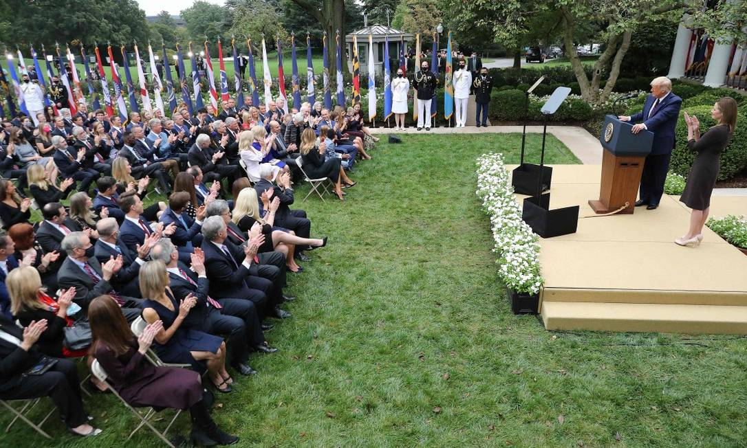 Trump na cerimônia de indicação da juíza Amy Coney Barrett: sem distanciamento social, vários participantes pegaram Covid-19 Foto: CHIP SOMODEVILLA / AFP