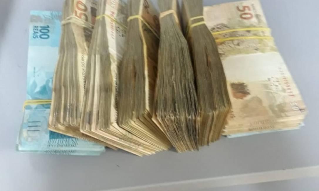 O dinheiro apreendido estava dentro de uma mochila Foto: Divulgação/ PRF