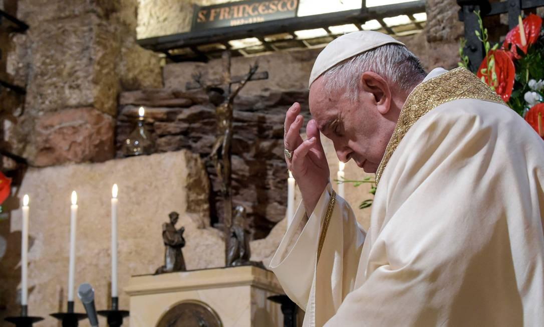 """O Papa Francisco assinou a encíclica """"Fratelli Tutti"""" neste sábado, em Assis, na Itália Foto: HANDOUT / AFP"""