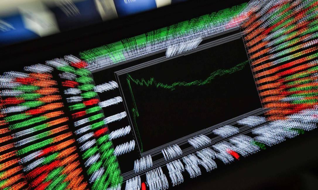 Brasileiro ainda não migrou para investimentos de maior risco, como o mercado de ações Foto: Nelson Almeida / AFP