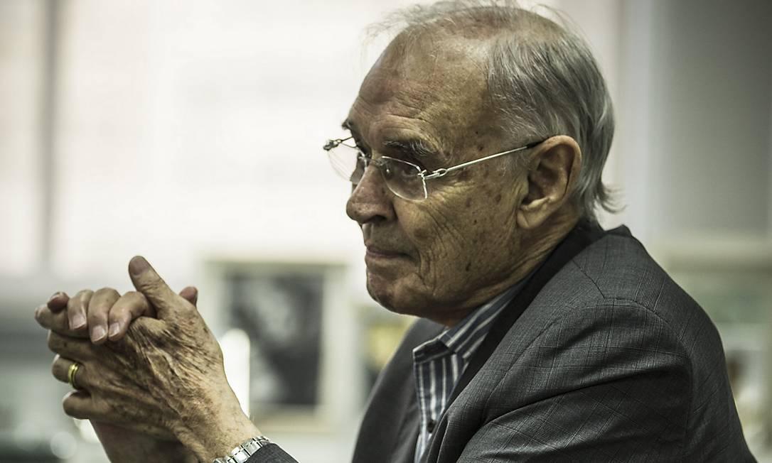 O senador Arolde de Oliveira durante entrevista à Época, em julho Foto: Guito Moreto / Agência O Globo