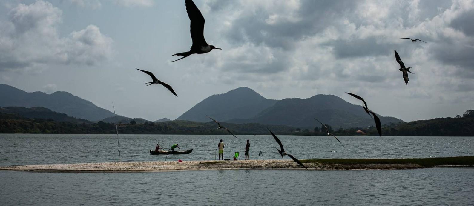Esperança. Pescadores de Saquarema esperam que os royalties sejam usados para melhorar a navegabilidade na laguna, permitindo a pesca na maré baixa Foto: Hermes de Paula / Agência O Globo