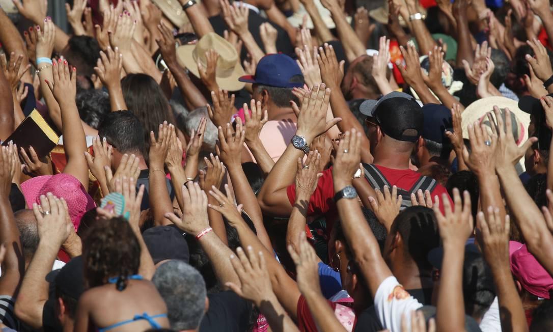Fiéis participam de culto evangélico na Praia de Botafogo, Zona Sul do Rio Foto: Gabriel de Paiva / Agência O Globo/15-02-2020