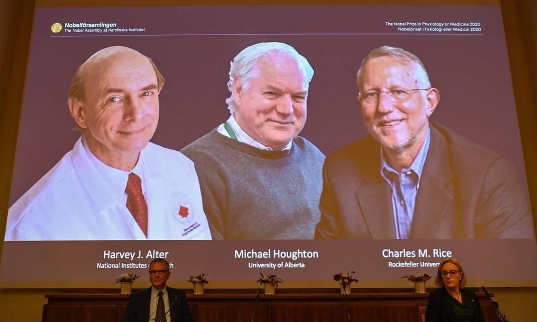 Integrantes do Comitê Nobel apresentam os vencedores do prêmio de Medicina Harvey Alter, Michael Houghton e Charles Rice Foto: JONATHAN NACKSTRAND / AFP