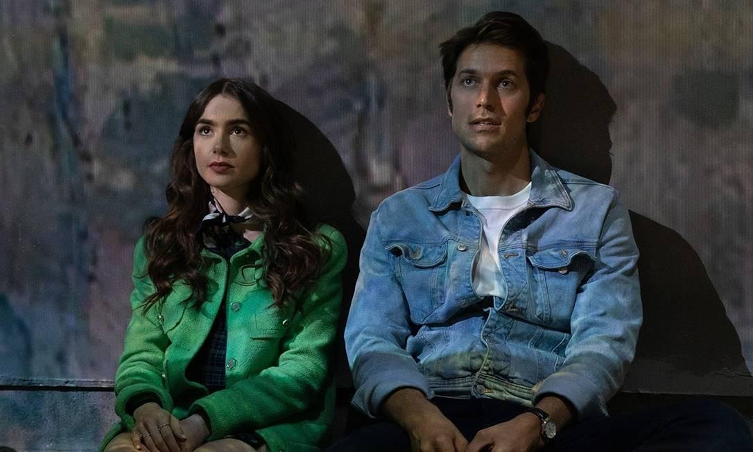 Emily (Lily Collins) e Gabriel (Lucas Bravo) em cena de 'Emily em Paris', série de comédia romântica da Netflix Foto: Divulgação