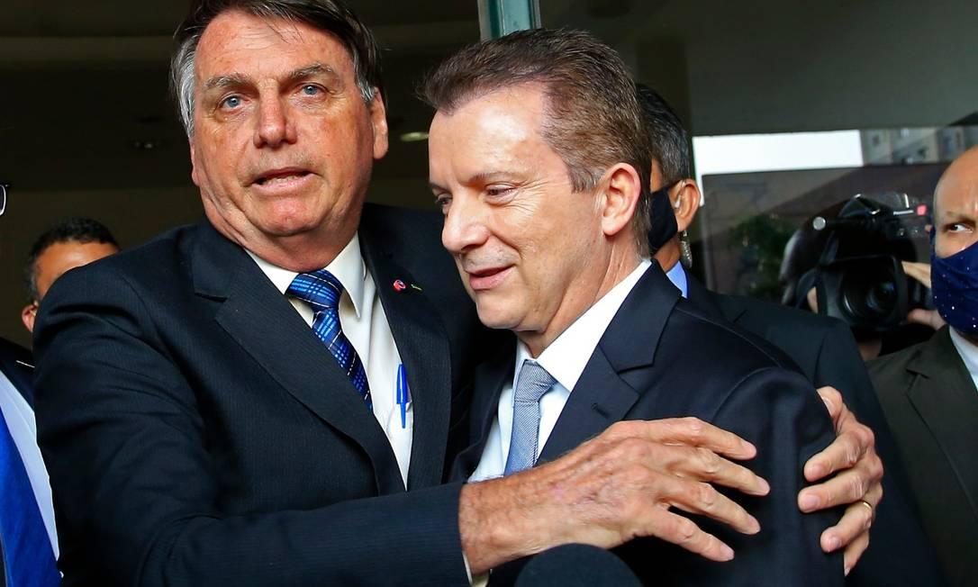 Bolsonaro abraça Russomanno após reunião no aeroporto de Congonhas, em São Paulo Foto: Edilson Dantas / Agência O Globo