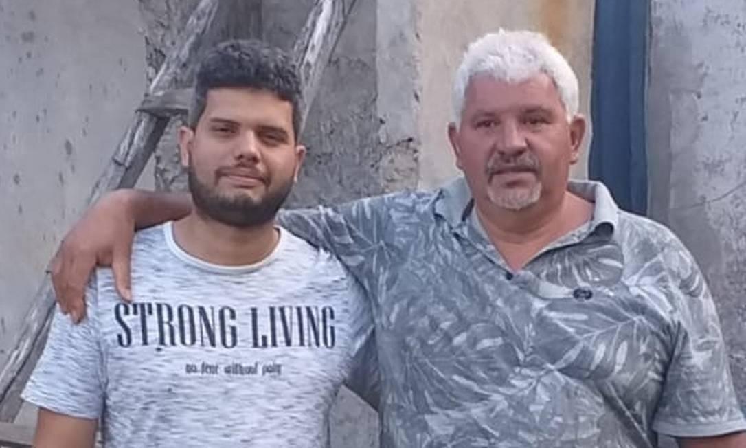 Adam com o pai, o aposentado Luiz Carlos Martins Cardoso, de 54 anos Foto: Reprodução