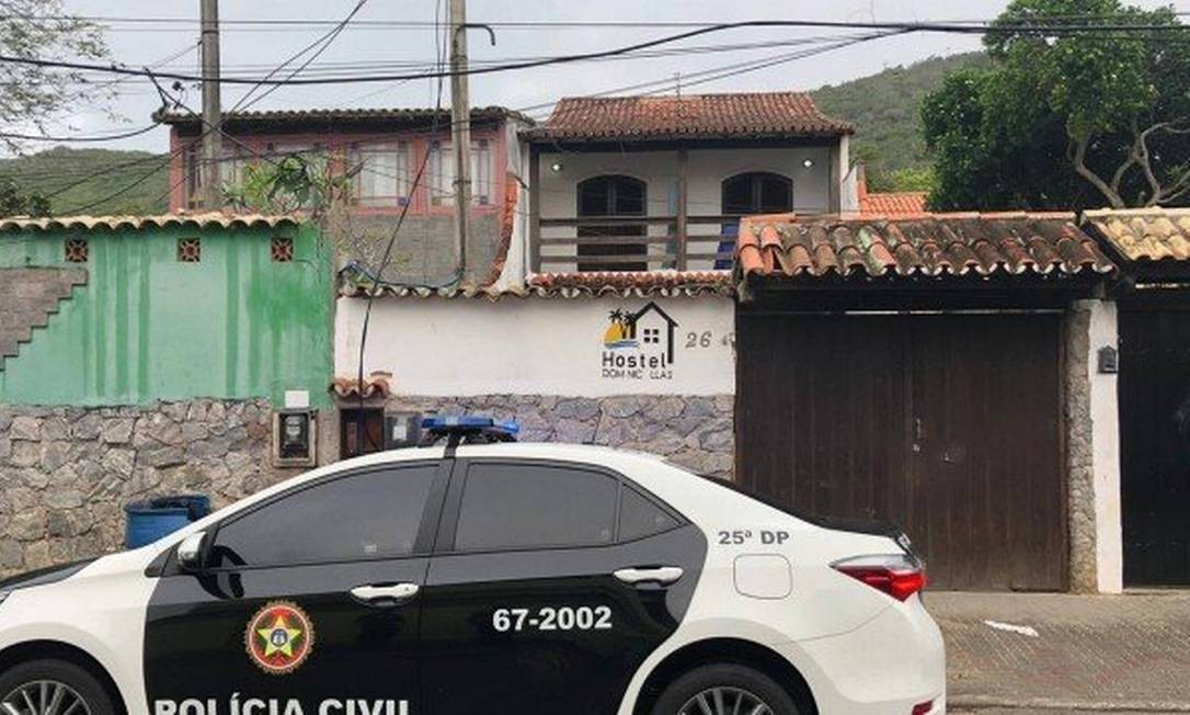Policiais fazem buscas no imóvel, comprado pelo tráfico, que funcionava como hostel Foto: Divulgação