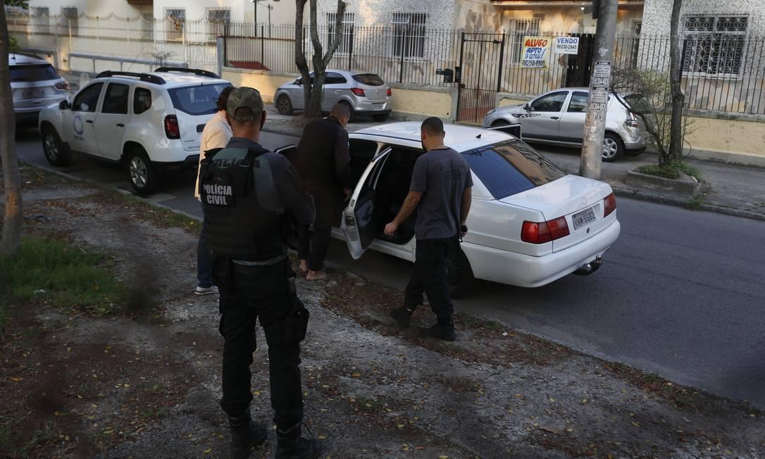 Agentes da DRCPIM nas ruas em operação que mira suspeitos de extorquir dinheiro de camelôs Foto: Fabiano Rocha / Agência O Globo