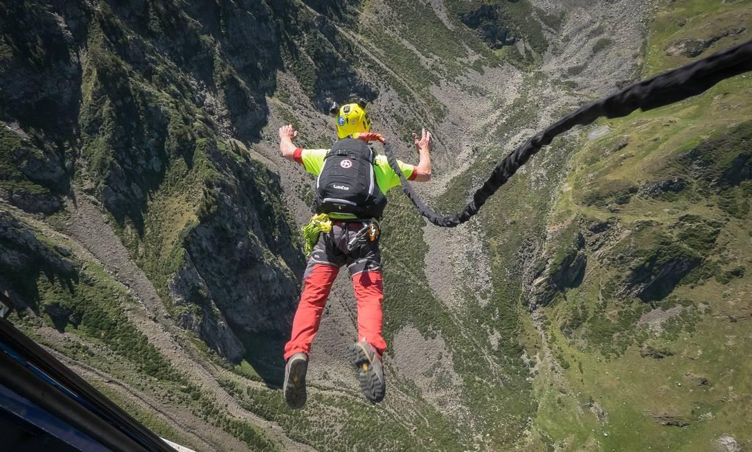 Homem pratica rope jumping na França Foto: Fred Marie/Art in All of Us / Corbis via Getty Images