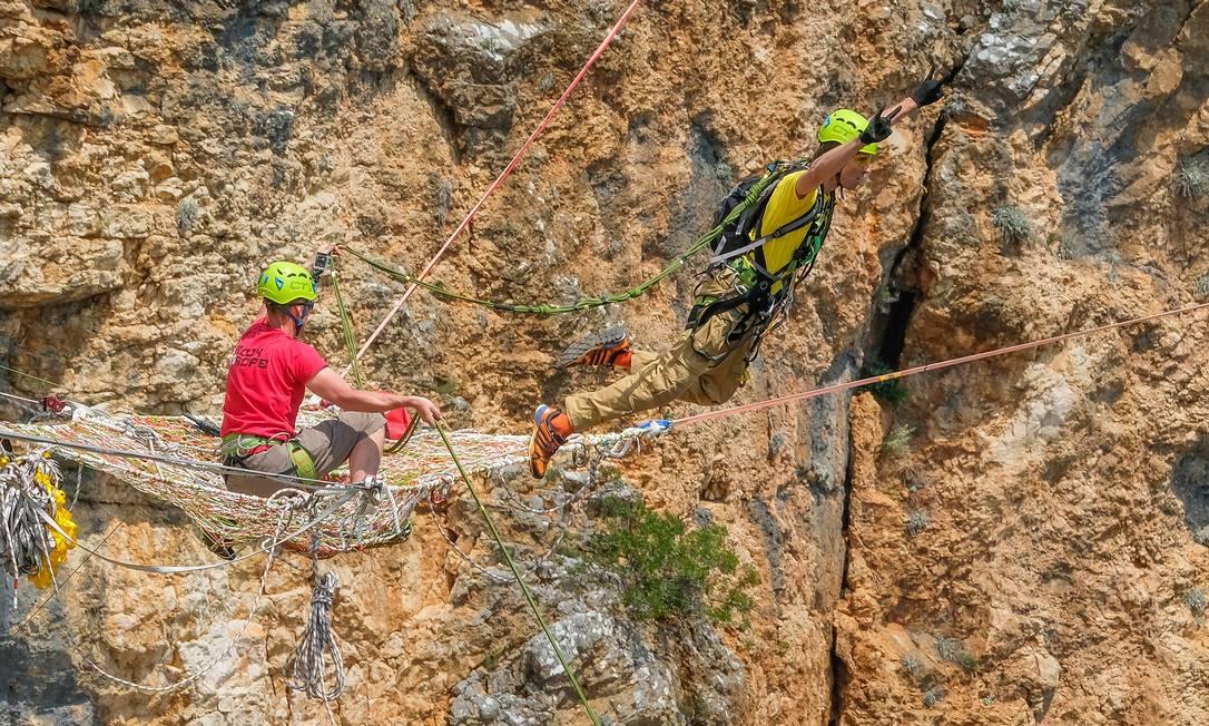 Homem faz rope jumping em cima do Lago Vermelho, na Croácia Foto: Fred Marie/Art in All of Us / Corbis via Getty Images