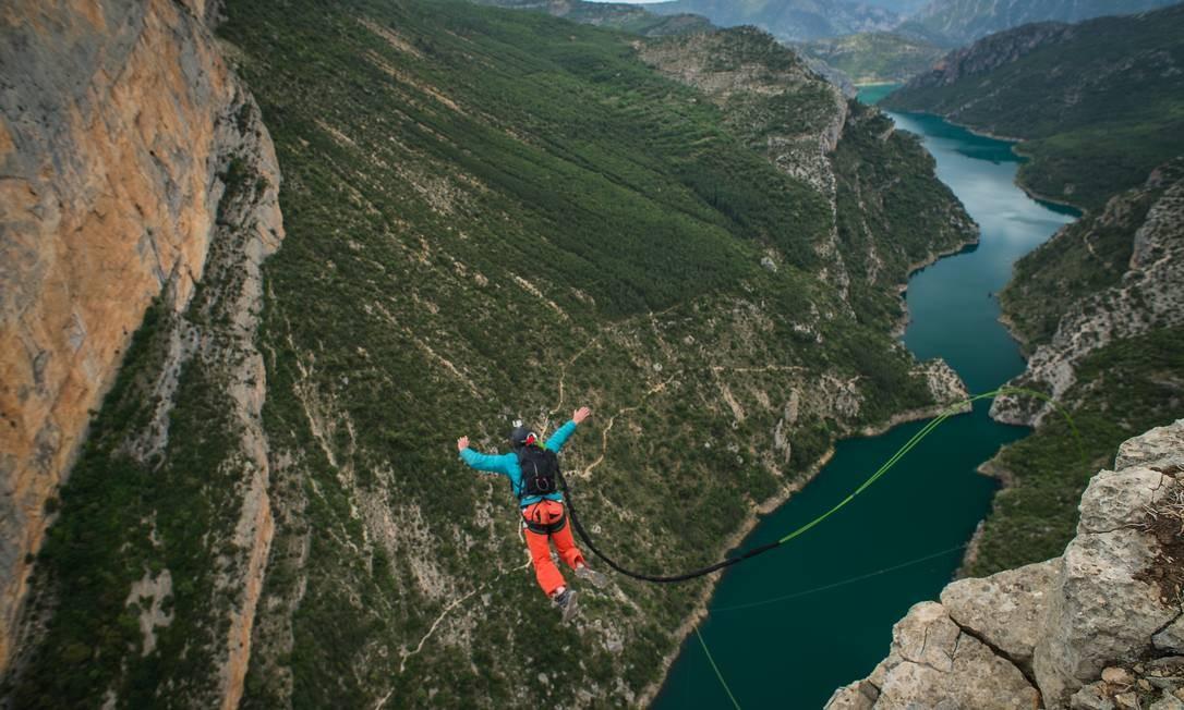 Homem saltando das montanhas de Huesca, na Espanha Foto: Fred Marie/Art in All of Us / Corbis via Getty Images