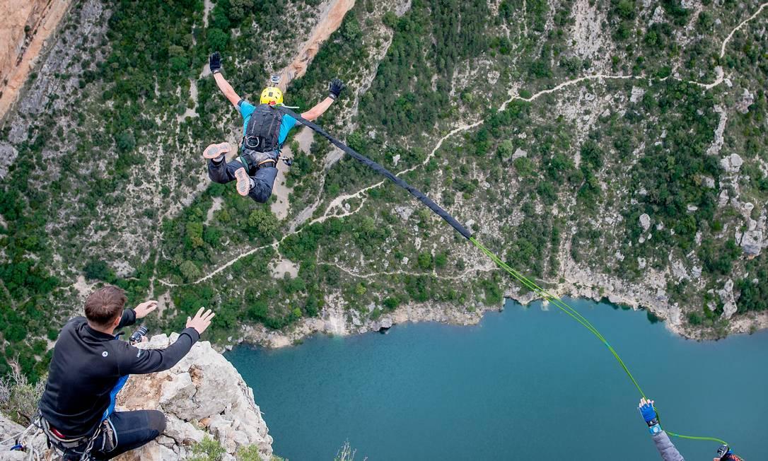 Três pessoas em sessão de rope jumping na Espanha Foto: Fred Marie/Art in All of Us / Corbis via Getty Images
