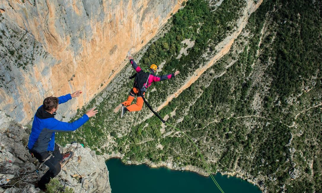 Duas pessoas em salto nas montanhas de Huesca, na Espanha Foto: Fred Marie/Art in All of Us / Corbis via Getty Images