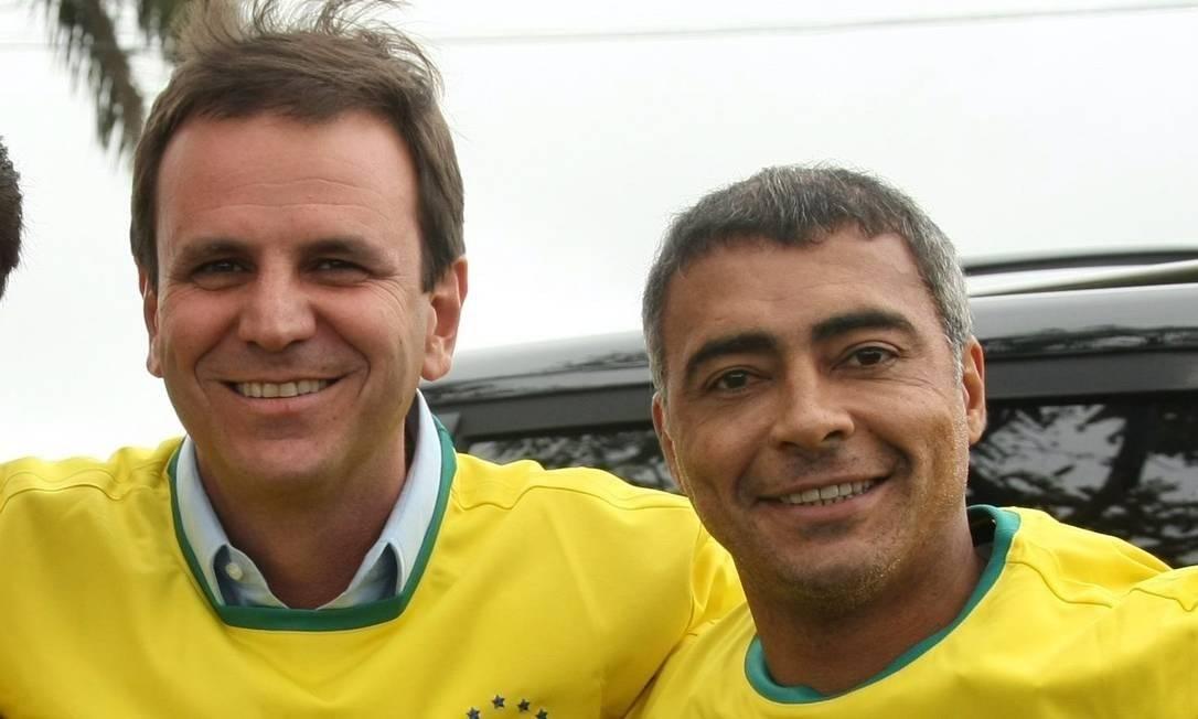 Eduardo Paes e Romário durante campanha a prefeito em 2012 8/07/2012 Foto: Paula Giolito / Agência O Globo