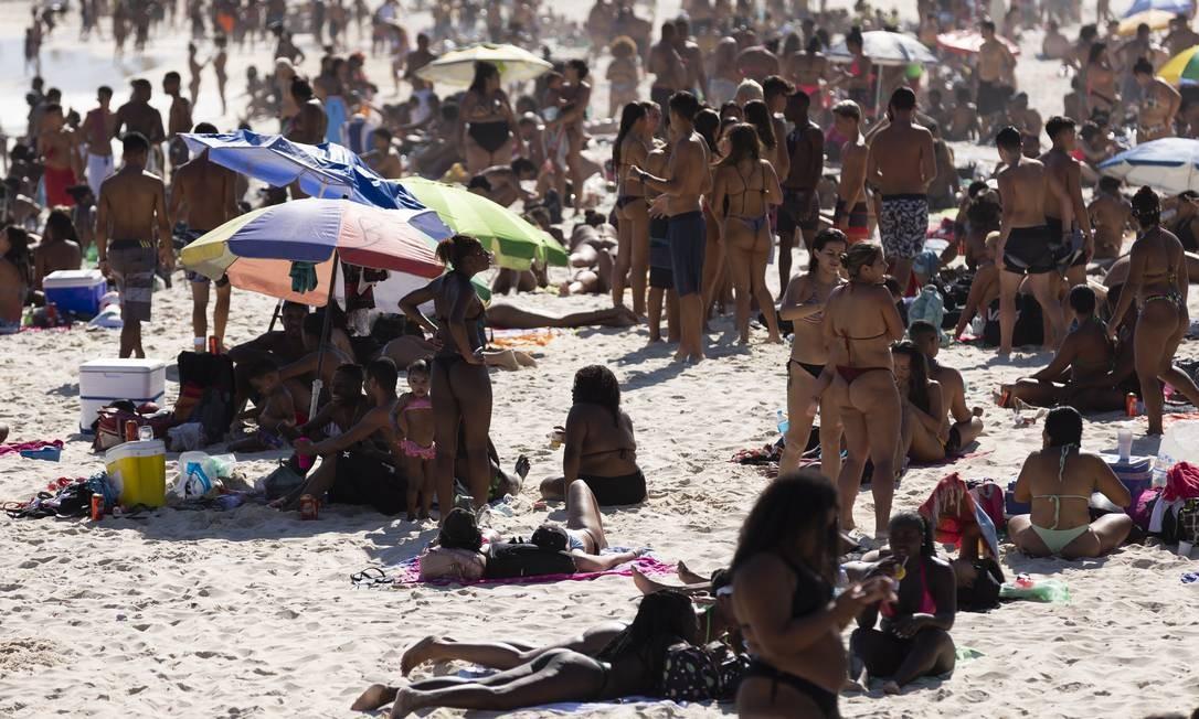 Praia do Arpoador, na Zona Sul do Rio, lotada no fim de semana: Brasil é o quarto país da América do Sul com maior taxa de contágio Foto: Leo Martins/30-8-2020