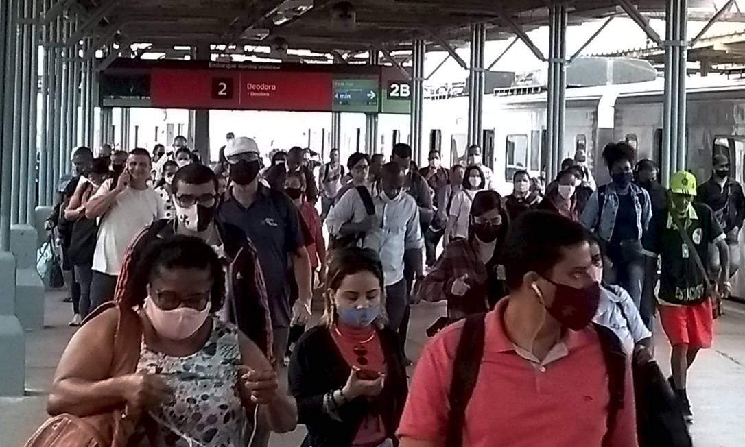 Passageiros desembarcam na estação de trens Central do Brasil usando máscaras. Foto: Fabiano Rocha / Agência O Globo