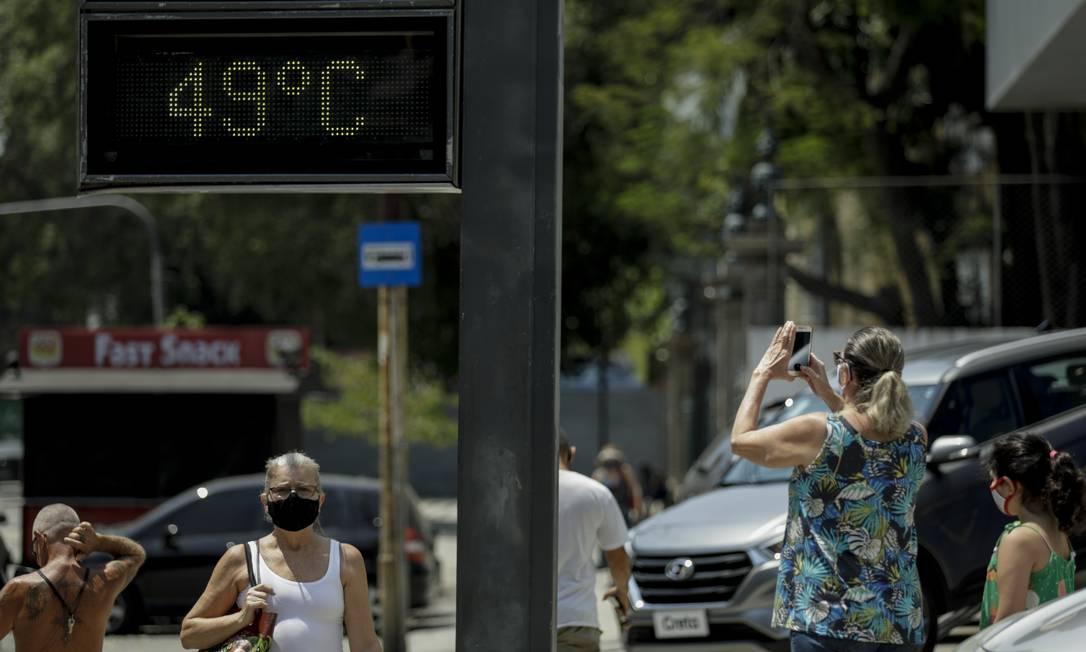 Com o calor exagerado para a primavera, termômetro na rua Haddock Lobo, na Tijuca, marca altas temperaturas. Foto: Gabriel de Paiva 02/10/2020 / Agência O Globo