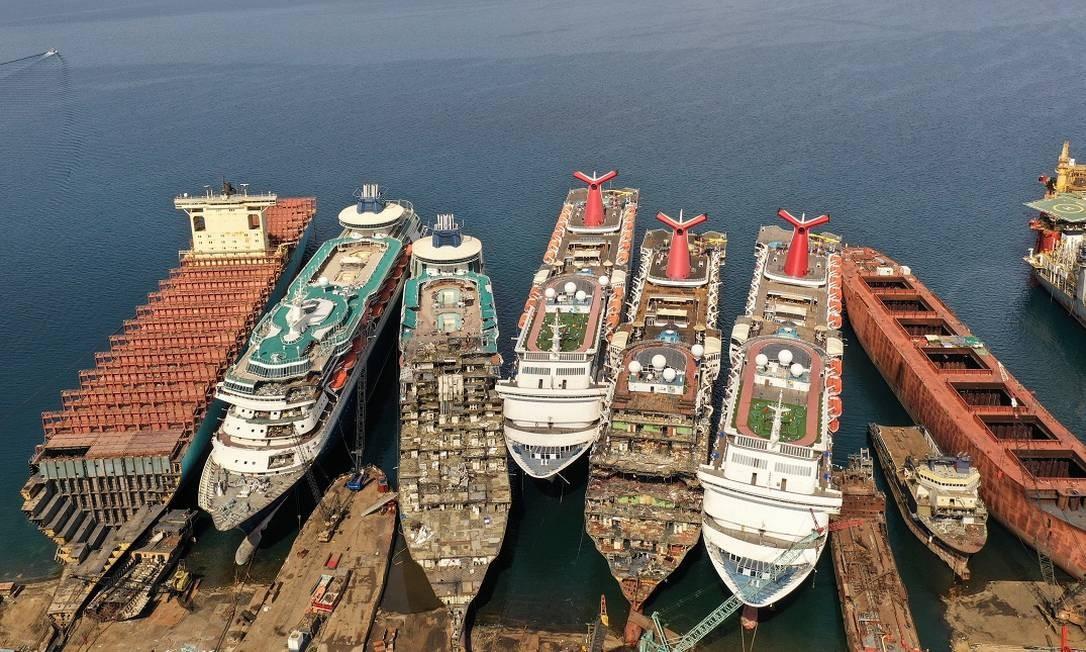 Imagem de drone mostra cinco navios de cruzeiros aposentados (dois da Pullmantur e três da Carnival Cruise Line) sendo desmontados num estaleiro em Aliaga, na Turquia Foto: UMIT BEKTAS / REUTERS