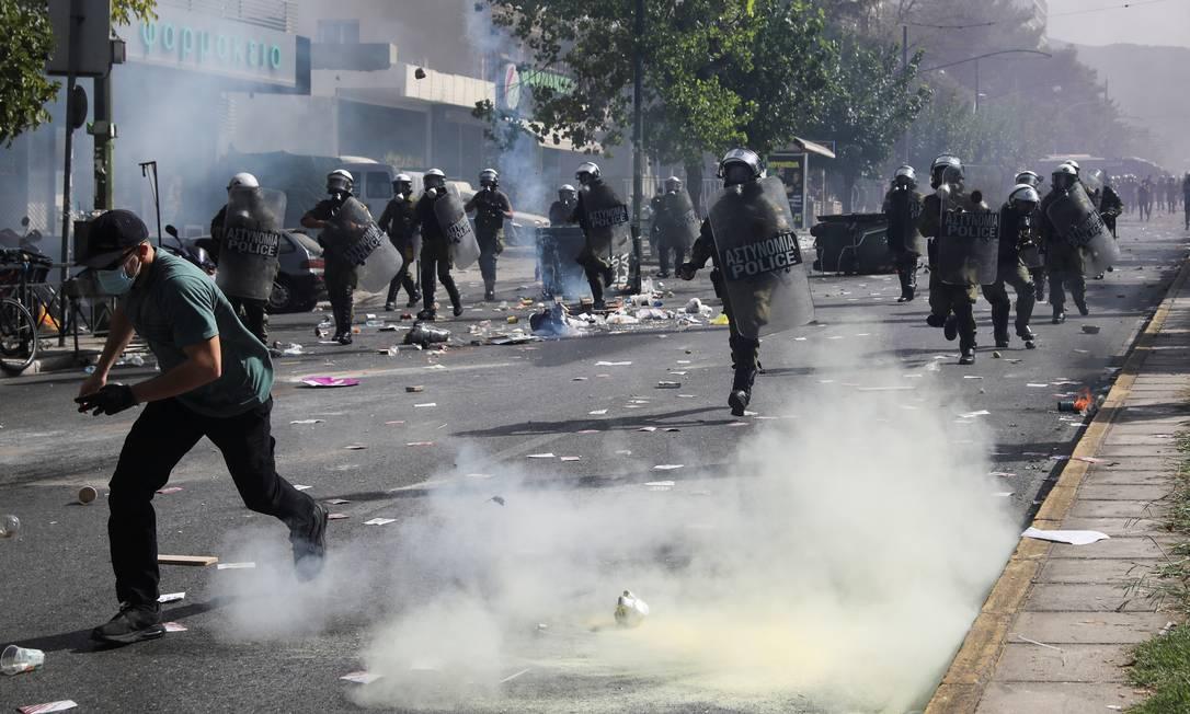 Tropa de choque persegue manifestante durante Foto: COSTAS BALTAS / REUTERS