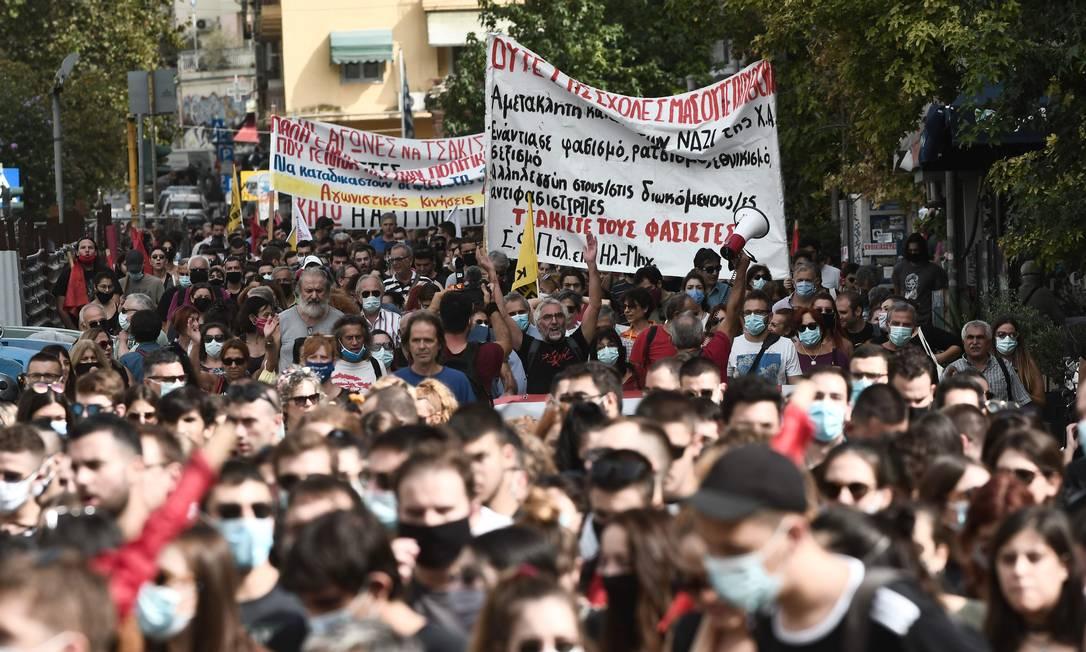 Enquanto a corte, composta por três juízes, responsabilizava a Aurora Dourada por uma série de crimes, incluindo o assassinato do rapper Pavlos Fyssas, mais de 15 mil pessoas marcharam pelas ruas de Atenas, em repúdio ao nazismo Foto: SAKIS MITROLIDIS / AFP