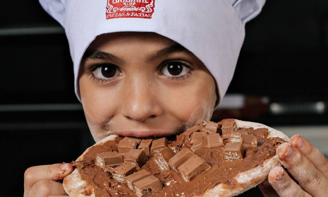 João Gabriel, de 8 anos, adorou a experiência de ser pizzaiolo por um dia Foto: Divulgação/Raphael Nogueira