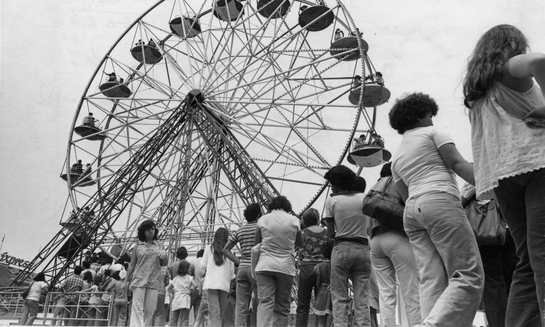 Fila para a roda gigante Foto: Alberto Jacob / Agência O Globo