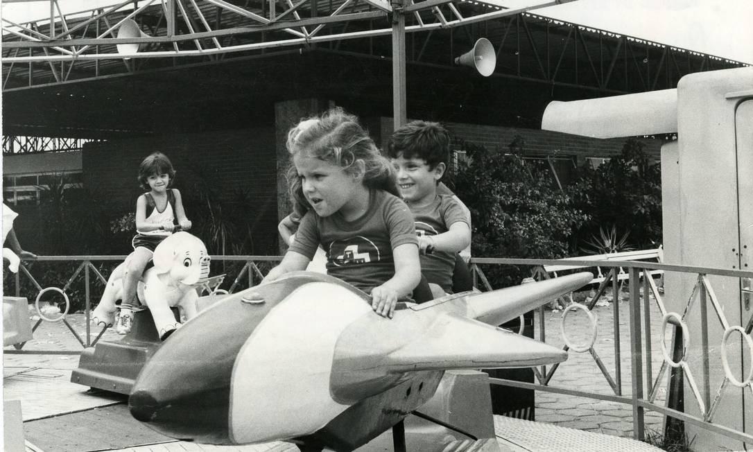 Crianças brincam em atração do Tivoli Park, na Lagoa, em 1982 Foto: Jorge Peter / Jorge Peter / Agência O Globo