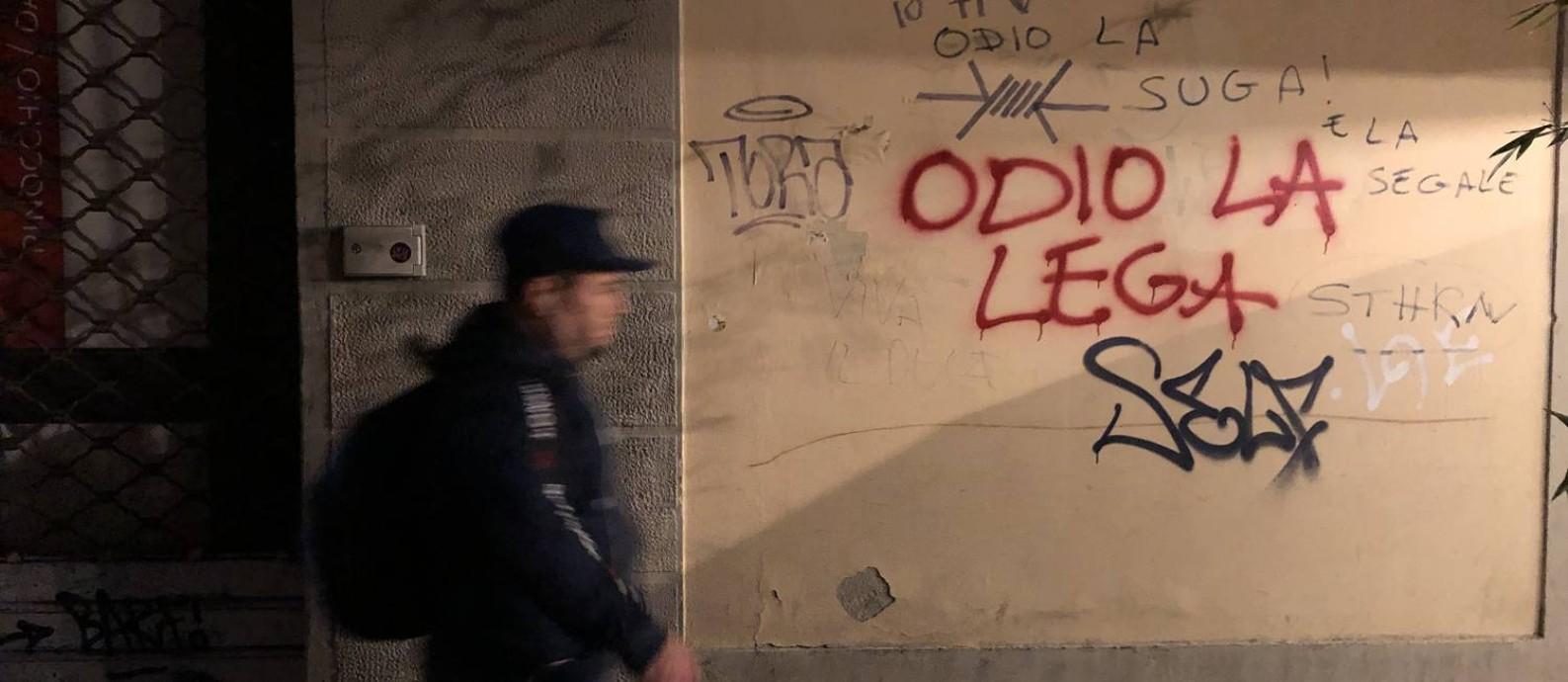 Imigrante latino-americano passa por pichação contra a Liga em rua do centro histórico de Florença Foto: Lucas Ferraz / agência O GLOBO