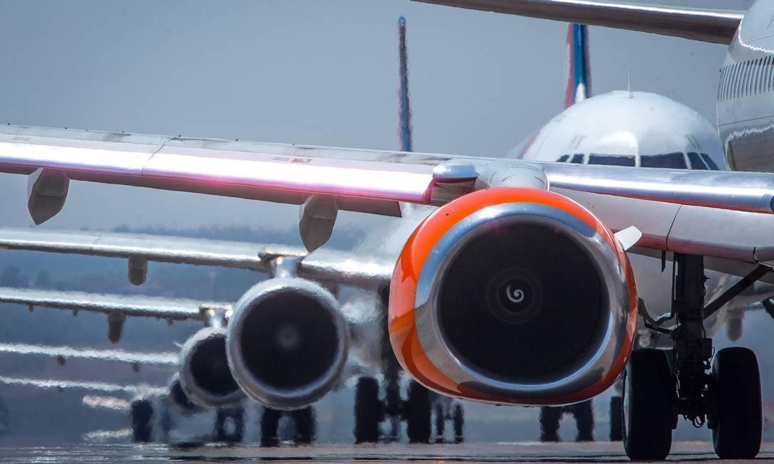 Aviões no aeroporto de Brasília. Governo quer reduzir custos da aviação Foto: André Coelho / Agência O Globo