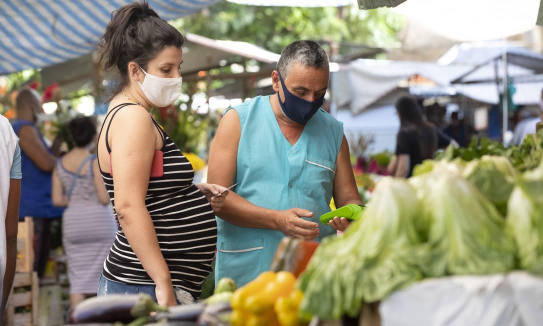 Clientes e feirantes de máscara na feira da General Glicério, em Laranjeiras, no Rio Foto: Ana Branco / Agência O Globo