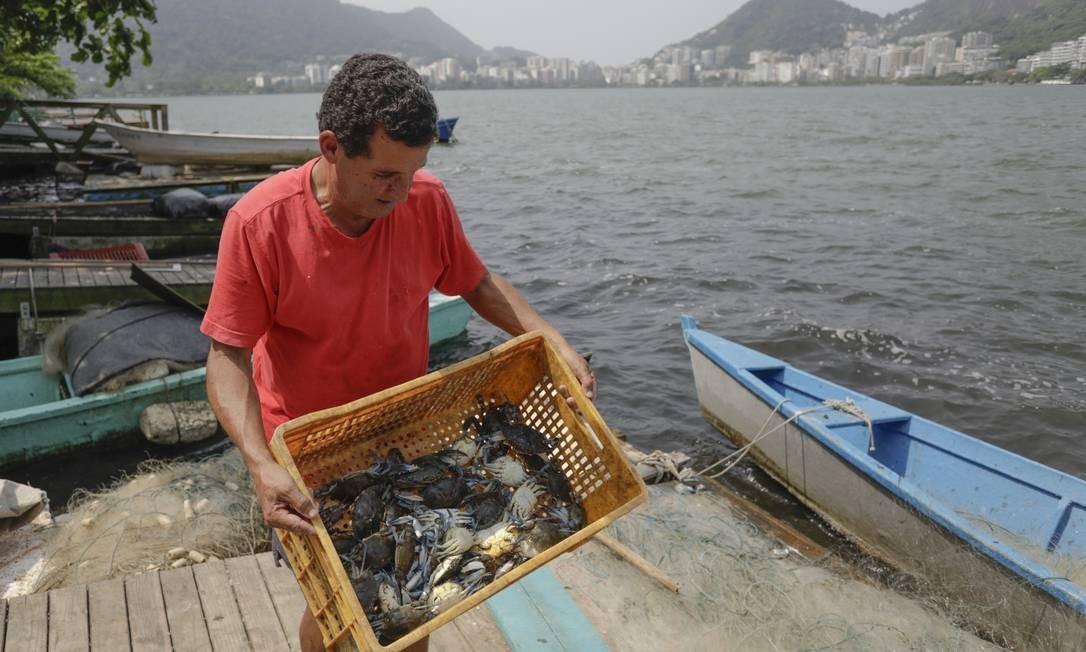 Roberto Monteiro, que pescou siris, é favorável ao uso de aeradores, mas especialistas dizem que a melhor solução é combater o despejo de esgoto em galerias de águas pluviais Foto: Gabriel de Paiva / Agência O Globo
