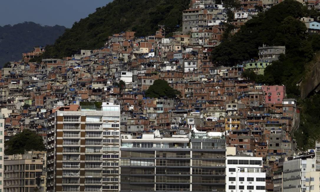 Favela do Cantagalo está situada entre os bairros de Copacabana (foto) e Ipanema Foto: Antonio Scorza / Agência O Globo