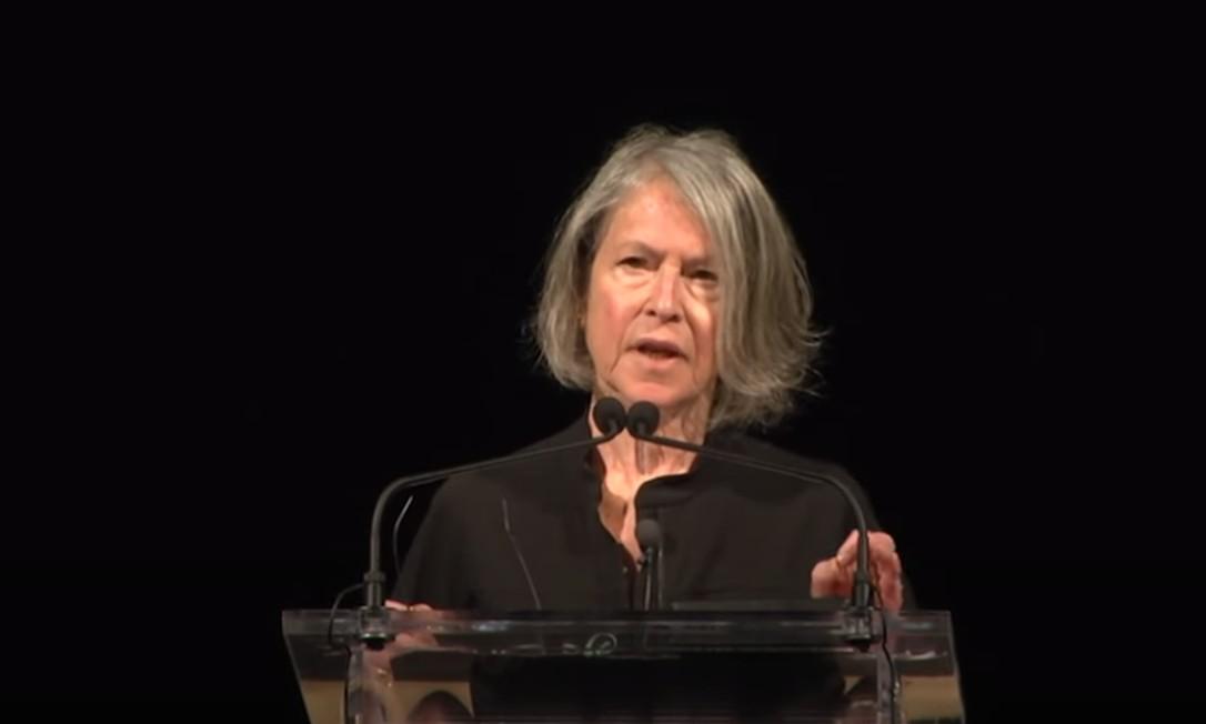 Poetisa americana Louise Glück durante leitura de um de seus poemas, em 2016, em evento da Lannan Foundation Foto: Reprodução