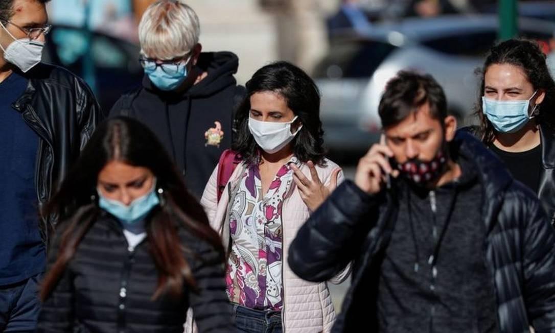 Lockdowns e distanciamento social voluntário - por parte de quem teme contrair o vírus - tiveram efeito quase comparável, segundo FMI Foto: REUTERS/GUGLIELMO MANGIAPANE