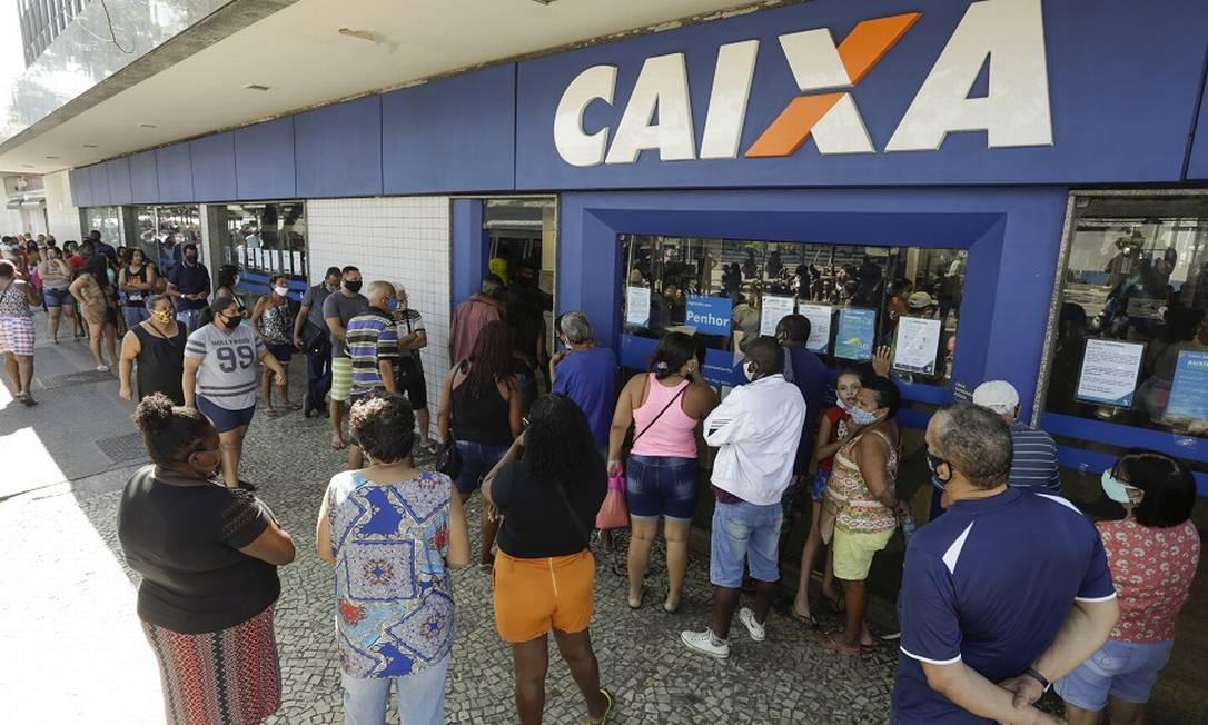 Fila para auxílio emergencial na Caixa Econômica: segundo FMI, políticas de amparo às populações mais vulneráveis devem continuar Foto: Gabriel de Paiva / Agência O Globo