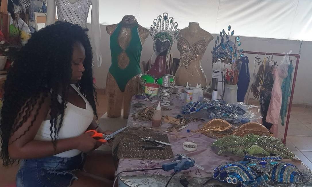 Joyce Souza tem um ateliê de fantasias de carnaval junto com a mãe, Irene. Com o adiamento dos desfiles das escolas de samba devido à pandemia de Covid-19, ela e outras profissionais perderam renda Foto: Arquivo pessoal