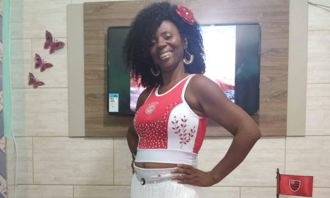 A costureira Alessandra Elisiar, que faz fantasias para escolas de samba do Rio de Janeiro, viu sua renda reduzida com o adiamento dos desfiles de 2021 devido à Covid-19. Como ela, outras profissionais perderam renda sem o carnaval Foto: Arquivo pessoal