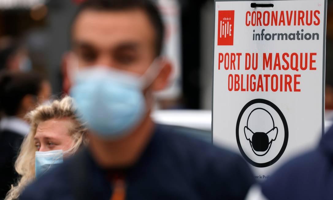Cidade de Lille, na França, entre em estado de alerta máximo devido ao novo coronavírus. Uso de máscaras é obrigatório Foto: PASCAL ROSSIGNOL / REUTERS