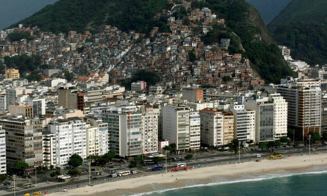 Favela do Cantagalo está situada entre os bairros de Copacabana (foto) e Ipanema Foto: Custódio Coimbra/ Agência O Globo
