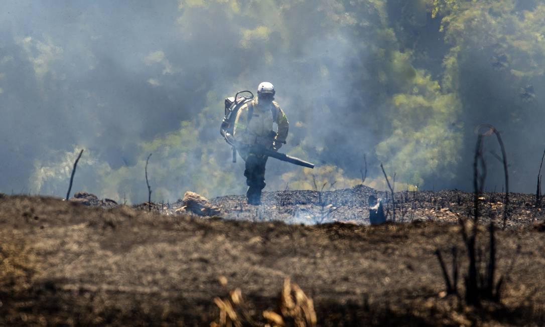 Brigadista do ICMBio combate focos de incêndio no Alto Bonfim, perto da fronteira com o Parque Nacional da Serra dos Orgãos Foto: Antonio Scorza/Agência O Globo/08-08-2020