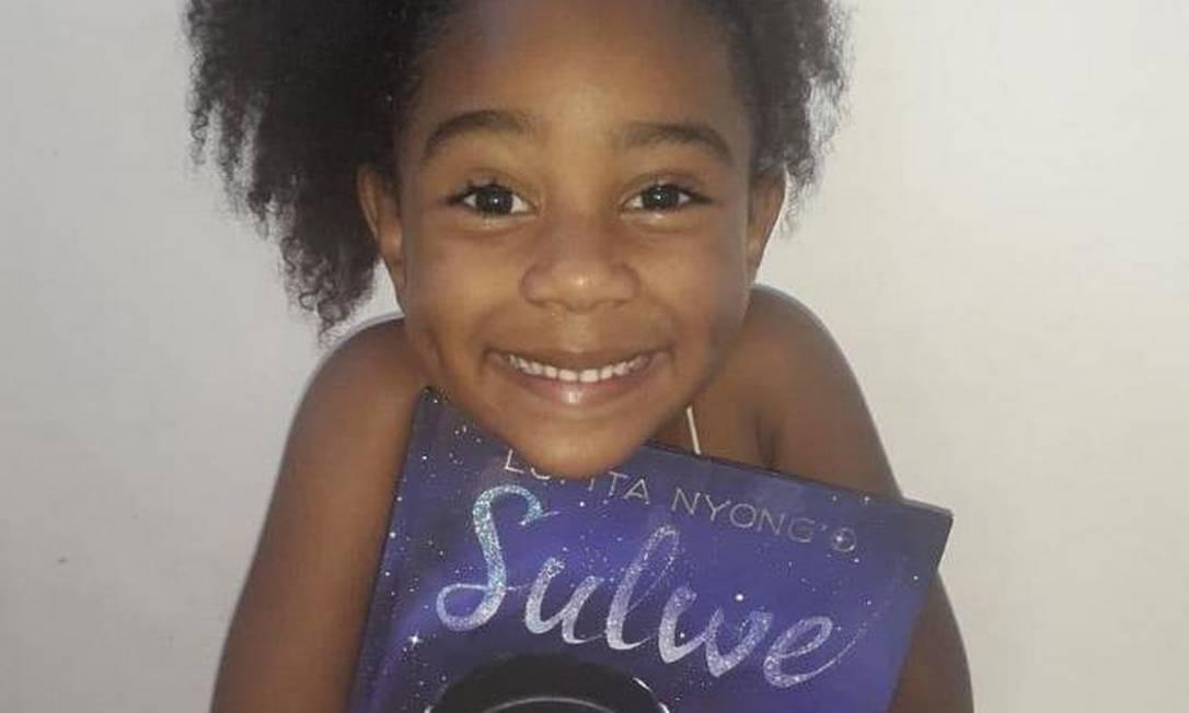 Giulia, de 4 anos, participa do Clube da Leitura criado pelo Jardim Escola Estrelinha. Foto: Acervo Pessoal