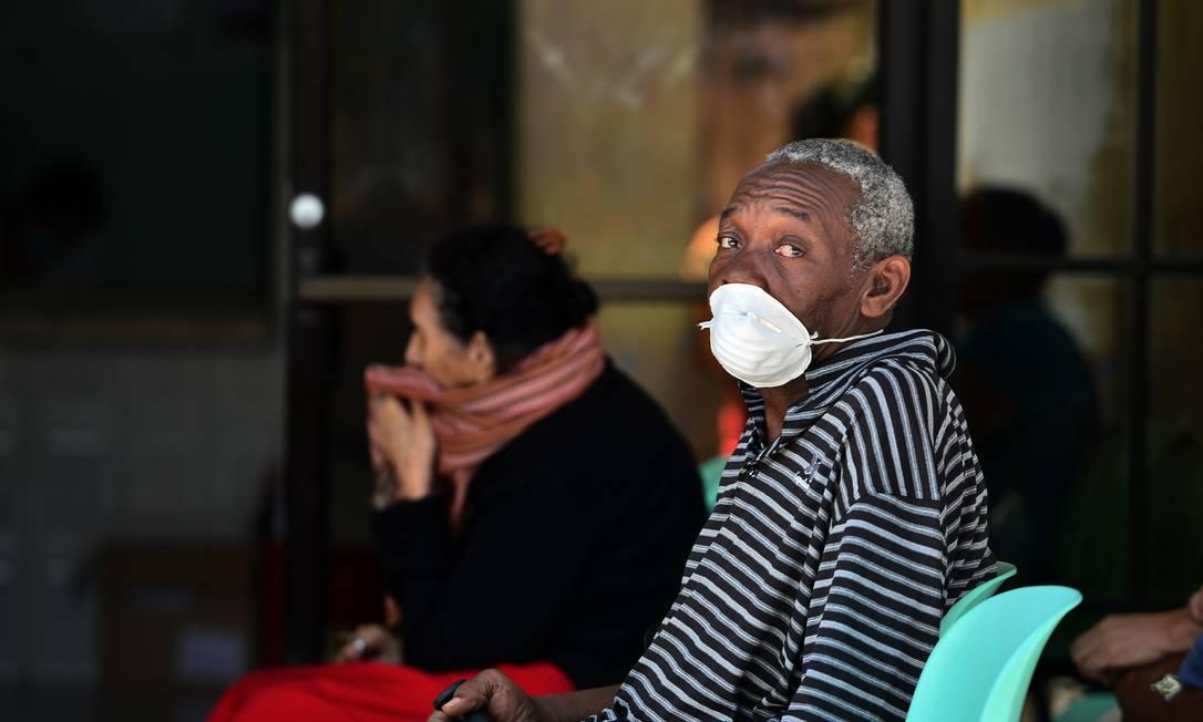 Idoso usa máscara para se proteger de Covid-19, em Honduras Foto: ORLANDO SIERRA/AFP / AFP
