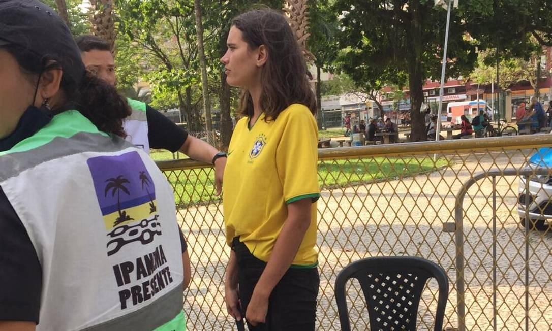 Eloisa Fontes recebeu uma camisa do Brasil para vestir quando foi resgatada pelos policiais no Cantagalo Foto: Ipanema Presente/ Governo do Estado do Rio