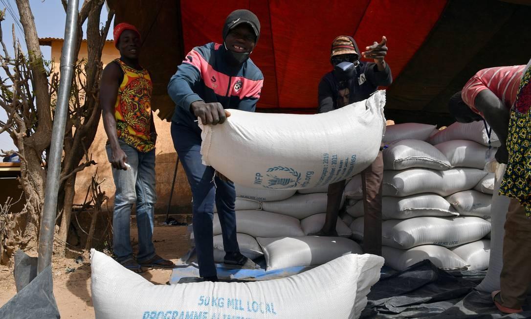 Trabalhadores descarregam ajuda fornecida pelo Programa Mundial de Alimentos da ONU, que ganhou o Nobel da Paz de 2020 Foto: ANNE MIMAULT / REUTERS