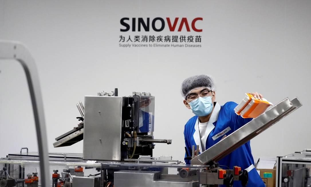 Funcionário trabalha em fábrica do laboratório Sinovac Biotech, em Pequim, na China; companhia desenvolve a vacina CoronaVac, testada no Brasil pelo Instituto Butantan Foto: THOMAS PETER / REUTERS