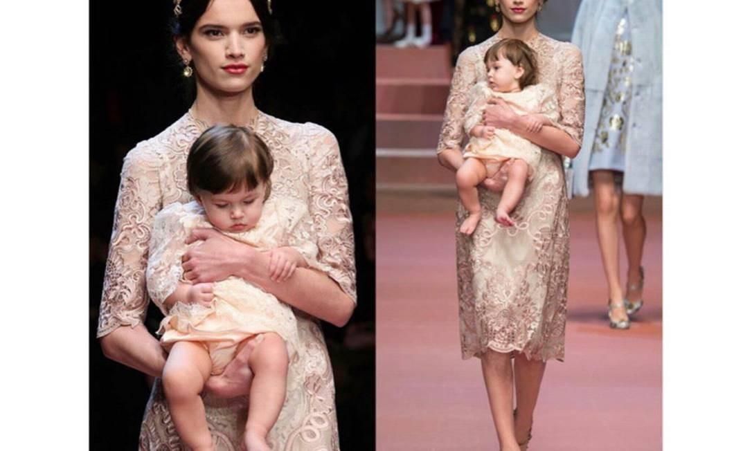 Eloisa e sua filha Azurra desfilando para a Dolce & Gabbana em 2015 Foto: Divulgação