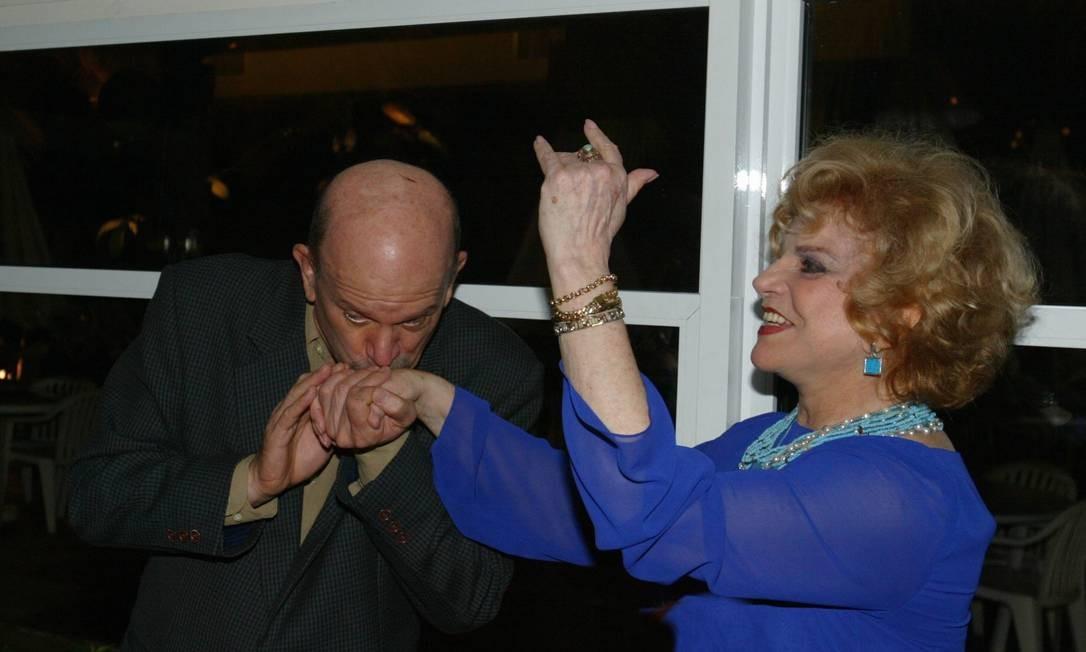 Cecil beija a mão de mamãe Tônia Carrero em sua festa de aniversário em 2004 Foto: Marcos Ramos / Agência O Globo