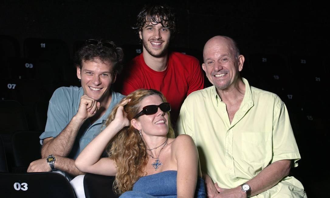 O ator Cecil Thiré com os filhos Luisa, Carlos e Miguel, no Teatro dos Quatro, na Gávea, Zona Sul do Rio Foto: Fábio Guimarães