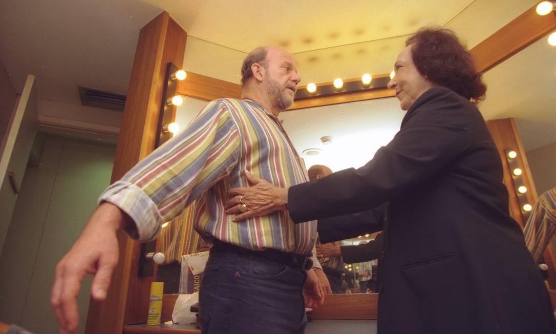 Cecil Thiré e a escritora Glorinha Beuttenmüller, em camarim, em 1999 Foto: Fábio Seixo